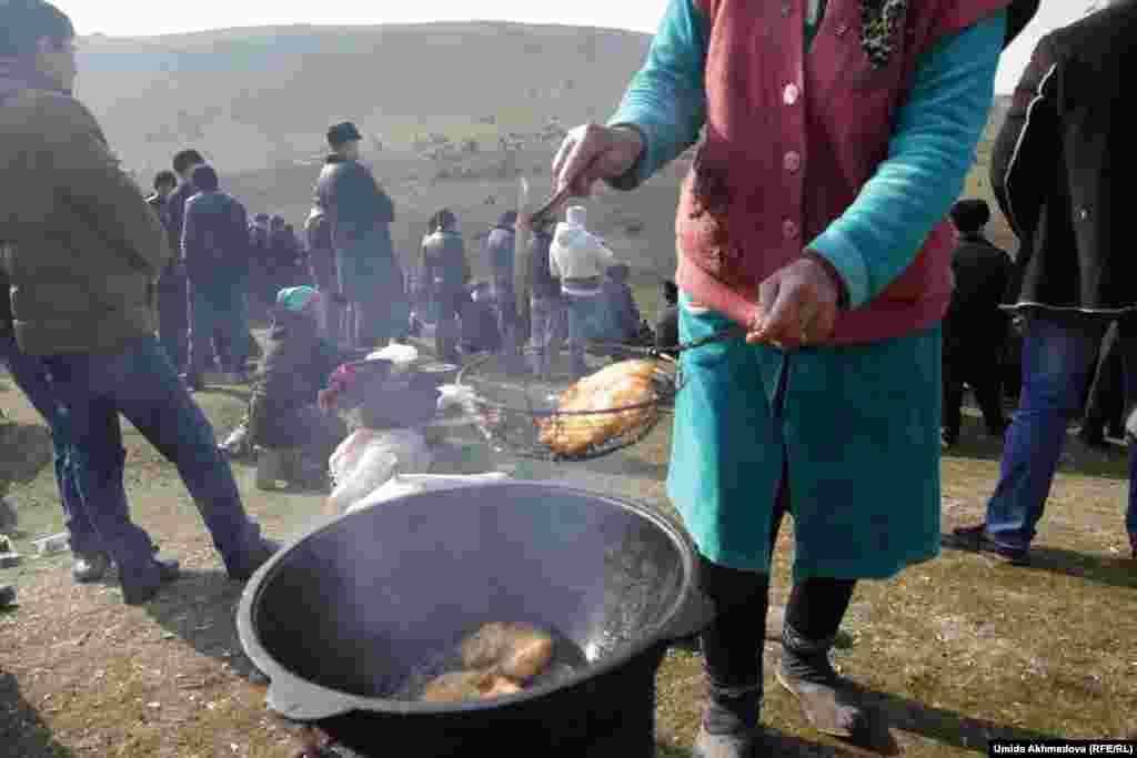 Женщина жарит пирожки прямо на месте состязания. Пирожки разлетаются, что называется, с пылу-жару.