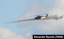 Вертолет Ми-28Н во время показательного полета на авиашоу