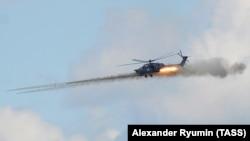 Вертолет Ми-28Н во время показательного полета на авиашоу, архивное фото