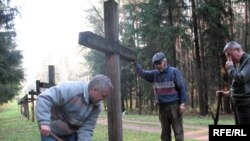 Belarus -- In memorial Kurapaty people restore the crosses tumbled down by vandals, 29Oct2008