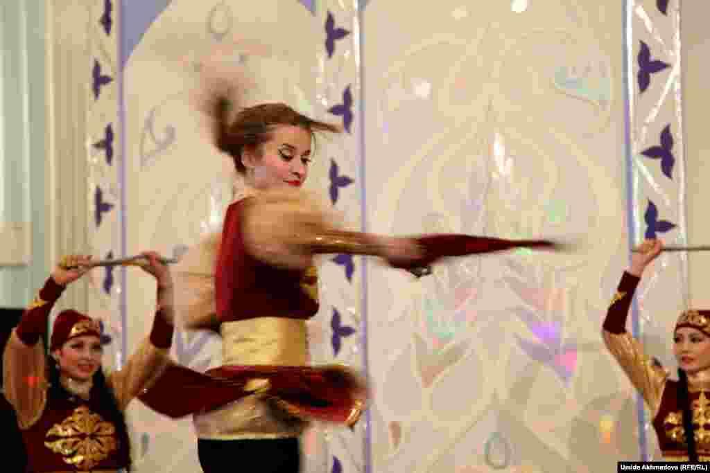 Казахский танец на сцене Интернационального культурного центра.