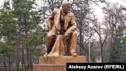 Памятник Ленину работы скульптора Сергея Меркурова в сквере около вокзала Алматы-1.