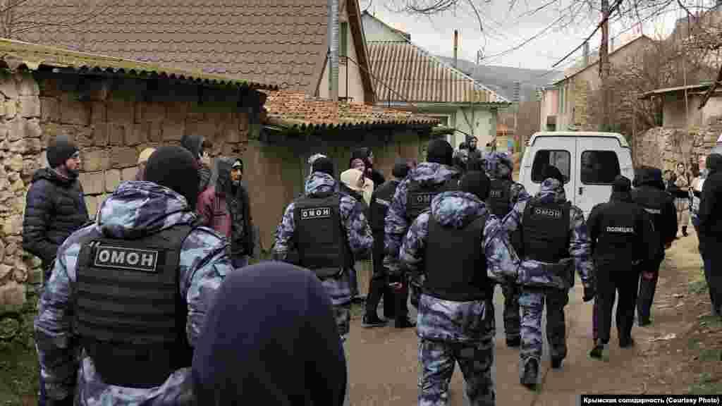 Шукри Сейтумерова по окончании обыска не задержали, однако его сыновей – Османа и Сейтумера – российские силовики увезли с собой в отделение ФСБ