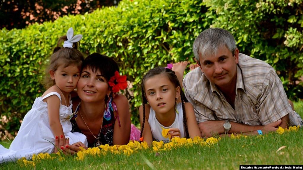 وُلودیمیر گاپوننکا، خلبان پرواز سرنگونشده ۷۵۲، در کنار دختران و همسرش، کاترینا