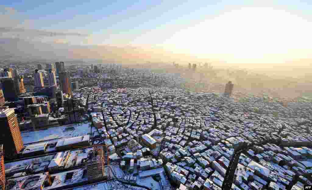 Türkiyə - İstanbulda ən hündür binalardan birinin üstündən şəhərin bugünlər çəkilmiş fotosu.