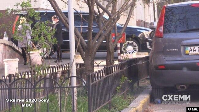 А за пів години перед ним територію міністерства залишило і авто, яким користується Вілен Шатворян