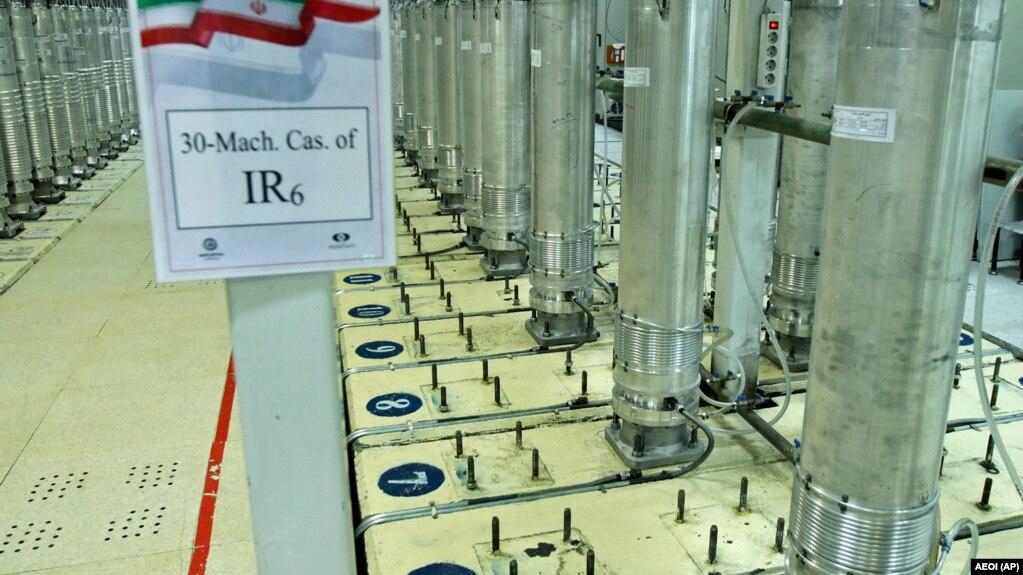 نمایی از دستگاههای سانتریفوژ آیآر۶ که در تاسیسات هستهای نطنز نصب شدهاند.