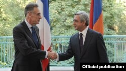 Հայաստանի նախագահ Սերժ Սարգսյանը Ֆրանսիայի ազգային տոնի կապակցությամբ շնորհավորում է Ֆրանսիայի դեսպան Անրի Ռենոյին, Երեւան, 13-ը հուլիսի, 2012թ.