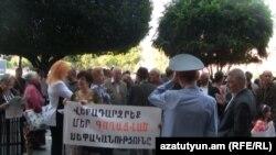 Կրպակատերերի բողոքի ցույցը կառավարության շենքի մոտ: 29-ը սեպտեմբերի, 2011թ.