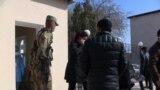 Сотни узбекистанцев, возвращенные чартерными рейсами из России в связи с ситуацией с коронавирусом, были помещены на двухнедельный карантин в казармы и санатории в Хорезмской области.