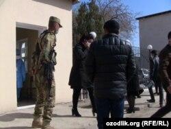 Граждане, доставленные из России в Узбекистан чартерными рейсами, содержатся на карантине в казармах и санаториях Хорезмской области.