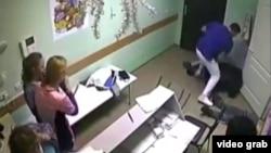 Доктор Илья Зелендинов избивает пациента. Скриншот с видео.
