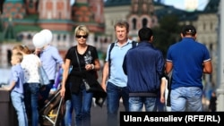 Двое мигрантов (справа) идут в центре Москвы. Иллюстративное фото.