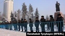 Оппозиция наразылық митингісін өткізбек болған Абай ескерткішін қоршауға алған полиция. Алматы, 28 қаңтар 2012 жыл.