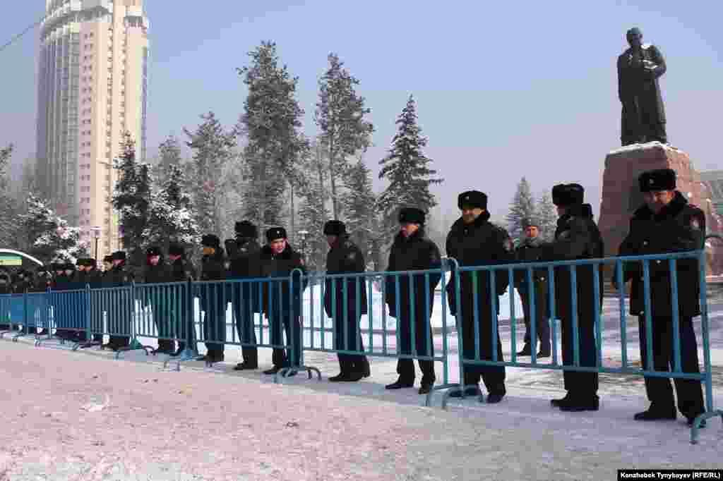 После Жанаозенских событий здесь на протяжении полугода проводились собрания несогласных. Чтобы не допустить очередную такую акцию, полиции пришлось оцепить площадь вокруг памятника. Алматы, 28 января 2012 года.