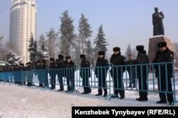 Алматыдағы Абай Құнанбайұлының ескерткішін қоршап тұрған полиция қызметкерлері. Көрнекі сурет.