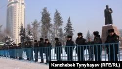 Сотрудники полицию блокируют проход на площадь с памятником Абаю в Алматы. 28 января 2012 года.