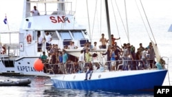 Береговая охрана Хорватии спасает беженцев в Адриатическом море, 2 июля 2012