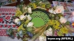Купальський вінок із польових квітів і домашніх троянд