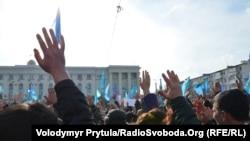 Участники акции возле памятника Ленину в Симферополе, 23 февраля 2014 года