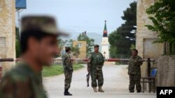 У опорного пункта сил безопасности Афганистана.