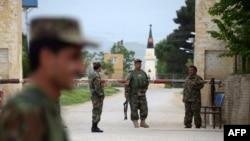 یکی از ایستگاههای بازرسی در ورودی مقری که مورد حمله طالبان قرار گرفته است.