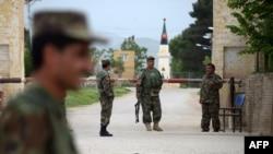 Афганские солдаты охраняют базу в провинции Балх, близ города Мазари-Шариф, 21 апреля 2017