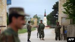 """""""Талибан"""" шабуыл жасаған әскери база маңында тұрған үкімет сарбаздары. Мазари-Шариф, Ауғанстан, 21 сәуір 2017 жыл."""