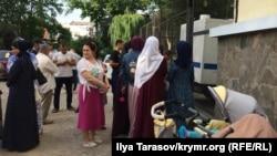 Люди у Киевского райсуда Симферополя во время судебного заседания в отношении Ризы Омерова, 10 июня 2019 года