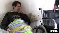 Андрей Жидкихке жәрдем көрсеткендер оған мүгедектерге арналған арбаны сыйға тартты. Междуречинск ауылы, 21 наурыз 2010 жыл.