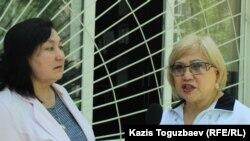 Журналист Розлана Таукина и гражданский активист Маржан Аспандиярова (слева) около Бостандыкского районного суда. Алматы, 15 мая 2017 года.