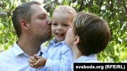 Зьміцер з жонкай Вікай і сынам Рычардам