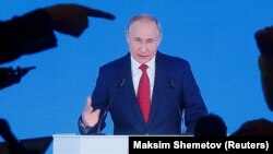 За всіма запропонованими поправками до Конституції Путін пообіцяв провести референдум, але його дата поки що не призначена