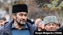 Заир Смедляев у здания суда, Симферополь