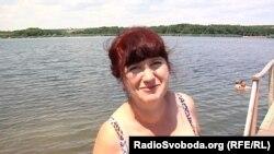 Жінка обирає відпочинок на місцевих водоймах, бо поїхати до моря не має можливості