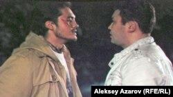 «Разговор по душам» между главным героем и местным «авторитетом» (справа). Фото с киноэкрана.