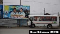 Вид на билборд с изображением казахстанских космонавтов — Тохтара Аубакирова и Талгата Мусабаева. Байконур, 4 декабря 2015 года.