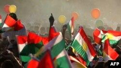 Курдски знамиња на настанот на кој се повикуваат луѓето да гласаат на референдумот на 25 септември.