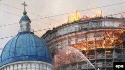 За то, что храм не сгорел целиком, следует благодарить его создателя