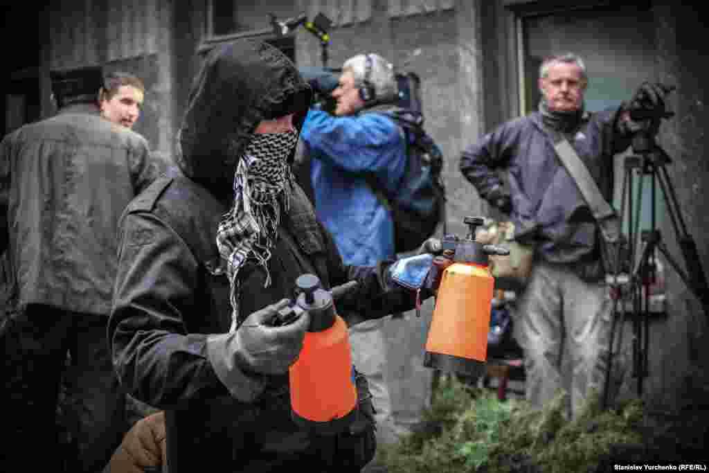 По окончанию акции, на площади, где находились пророссийские активисты, обнаружили баллончики со слезоточивым газом