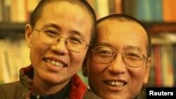 Архивска фотографија: Затворениот кинески нобеловец Лиу Ксијаобо и неговата сопруга Лиу Ксиа.