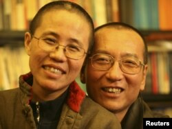 Қытайлық диссидент Лю Сяобо (оң жақта) әйелімен.