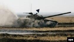 Ресейшіл сепаратистер мінген әскери танк. Донецк аймағы, 29 қыркүйек 2015 жыл. (Көрнекі сурет)