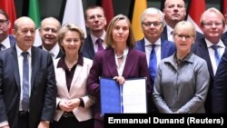 Главы МИД и министры обороны ЕС подписали документ о расширении сотрудничества в оборонной сфере. Брюссель, 13 ноября 2017 года