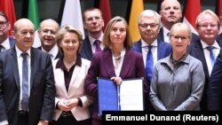 Главы МИД и министры обороны ЕС подписали документ о расширении сотрудничества в оборонной сфере. Брюссель, 13 ноября 2017 года.