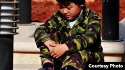 Ребенок в камуфляжной форме. Иллюстративное фото.