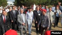 Армения – президент Армении Серж Саргсян посещает расположенный на Севане лагерь молодежного движения «Миасин» («Вместе»). 21 июля 2010 г.