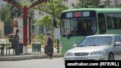 Jemgyýetçilik transporty bolan awtobuslarda soňky dört ýylyň içinde bu indi ikinji gezek ýol peteklerini girizmek synanyşygydyr.