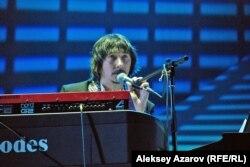 Клавишник Байгали Серкебаев на концерте A'Studio. Алматы, 9 октября 2012 года.
