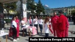 Волонтери од невладини организаци ги информираат граѓаните во Куманово за ХИВ и сида.